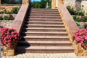 лестница из красного гранита